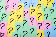 3d例证指示被回报的问题 与问号的五颜六色的纸笔记 com概念小雕象图象其它正确的常设文本 特写镜头 库存图片