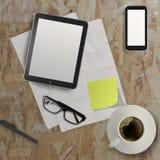 3d倒空片剂和一杯咖啡与笔记本的 免版税库存照片