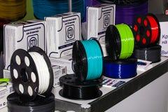 3D卖在商店的打印机的五颜六色的导线 库存照片
