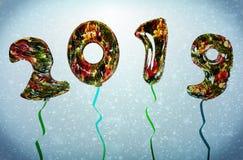 3d回报2019与圣诞树maylor气球的新年illustraion在蓝色背景 库存图片