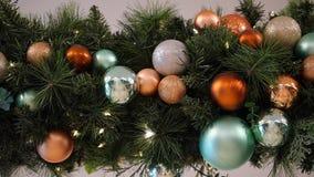 3d圣诞节装饰例证结构树 有球和光的诗歌选 免版税库存图片