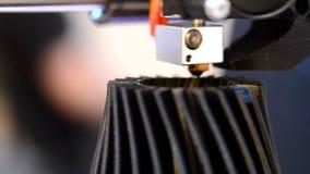 3d在工作和印刷品的打印机溶解的塑料特写镜头的形式 股票视频
