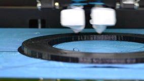 3d在工作和印刷品的打印机溶解的塑料特写镜头的形式 股票录像