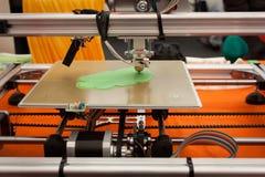 3d在机器人的打印机细节和制造者显示 库存照片