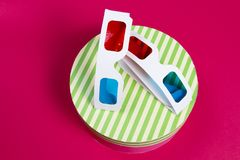 3d在桃红色背景的玻璃 在礼物盒的两块3d玻璃 手表电影 概念影片查出的白色 戏院 库存图片