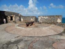 3d大炮在路径的剪报堡垒使影子空白 免版税库存照片