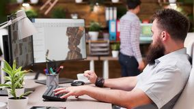3D工作在一些prototipes的设计师在创造性的媒介房子里 股票录像