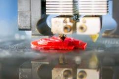 3D打印机打印溶解的塑料特写镜头的形式 免版税库存图片