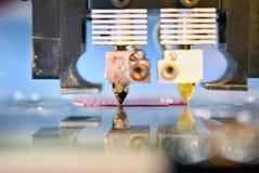 3D打印机打印溶解的塑料特写镜头的形式 免版税库存照片