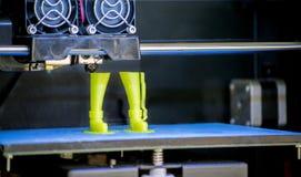 3D打印机打印溶解的塑料绿色的形式 库存图片