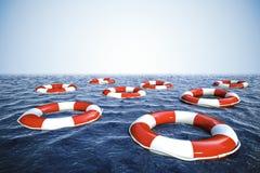 3d救生圈和蓝色海洋有蓝天的 免版税库存图片