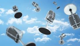 3d有一次小圆桌立场飞行的许多老牌话筒的翻译在多云天空背景 库存照片
