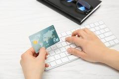3d概念互联网回报购物 支付网上命令的妇女 免版税库存图片