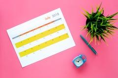 3d概念图象计划回报了 目标和任务为月 在闹钟附近的空白的月日历在桃红色背景顶视图 免版税库存图片