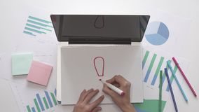 3d概念想法图象回报了 妇女在纸的图画灯在膝上型计算机的 木空白咖啡杯桌面例证标记办公室纸张回形针的剪贴薄 股票视频