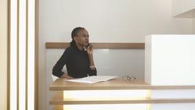 3d概念照片被回报的工作 receprion的Africna妇女 有自然构成的可爱的迷人的妇女与谈话 免版税库存图片