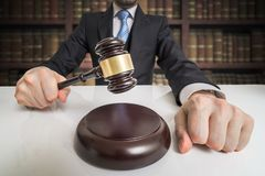 3d概念金黄正义垫座回报缩放比例 律师击中与惊堂木 免版税库存图片