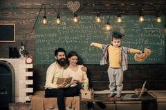 3d概念hdri闪电翻译技术支持 孩子举行玩具熊和执行 当前他的知识的男孩对妈妈和爸爸 父母听 免版税图库摄影