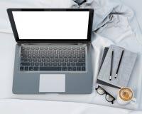 3D现代膝上型计算机,模板,背景的嘲笑的例证在床上的 免版税库存图片