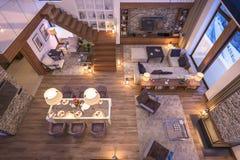 3D瑞士山中的牧人小屋晚上客厅翻译  库存图片