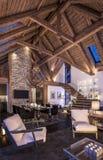 3D瑞士山中的牧人小屋晚上客厅翻译  图库摄影