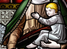 D的彩色玻璃关闭在圣洁十字架的教会里 库存照片