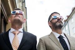 戴3d眼镜的两个商人 免版税库存照片