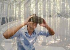 戴3D眼镜的人在看森林的一间未来派屋子 库存照片