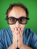 戴3d眼镜的30岁的人在震动观看电影的 免版税库存图片