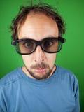 戴3d眼镜的30岁的人观看一部哀伤的电影的 免版税库存图片