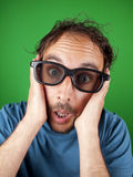 戴3d眼镜的30岁的人观看电影的 免版税库存图片