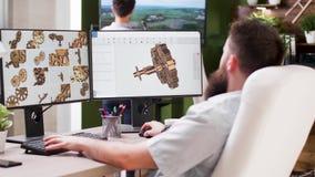 3D研究计算机的建筑师或设计师在繁忙的媒介房子里 股票录像