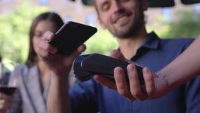 3d移动付款电话回报 支付与在终端的电话的夫妇 股票视频