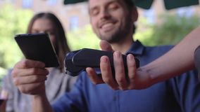 3d移动付款电话回报 支付与在终端的电话的夫妇 影视素材