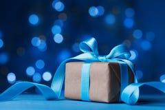 3d美国看板卡上色展开标志问候节假日信函国民形状范围 圣诞节礼物盒或礼物与弓丝带在不可思议的绿松石bokeh背景 免版税图库摄影