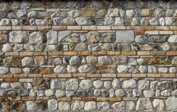 3d背景回报纹理墙壁 自然石头散置与水平的砖线  免版税库存照片