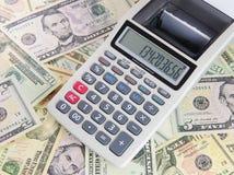 3d背景查出的计算器美元回报了白色 免版税库存图片