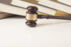 3d背景概念例证查出的法律回报了白色 与木法官惊堂木的书在桌上在法庭或执行办公室 库存图片