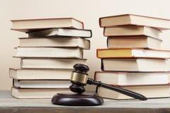 3d背景概念例证查出的法律回报了白色 与木法官惊堂木的书在桌上在法庭或执行办公室 免版税库存图片