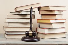 3d背景概念例证查出的法律回报了白色 与木法官惊堂木的书在桌上在法庭或执行办公室 库存照片
