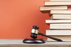 3d背景概念例证查出的法律回报了白色 与木法官惊堂木的书在桌上在法庭或执行办公室 图库摄影