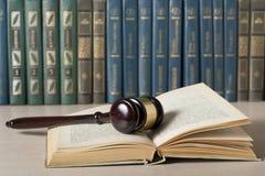 3d背景概念例证查出的法律回报了白色 与木法官` s惊堂木的书在桌上在法庭或执行办公室 免版税库存图片
