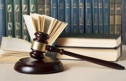 3d背景概念例证查出的法律回报了白色 与木法官` s惊堂木的书在桌上在法庭或执行办公室 库存照片
