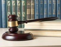 3d背景概念例证查出的法律回报了白色 与木法官` s惊堂木的书在桌上在法庭或执行办公室 免版税图库摄影