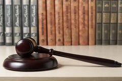 3d背景概念例证查出的法律回报了白色 与法官` s惊堂木的书在桌上在法庭或执行办公室 库存照片