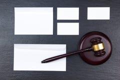 3d背景概念例证查出的法律回报了白色 名片财务系列 公司文具集合大模型 在木桌,惊堂木上的空白的织地不很细品牌ID元素 库存照片