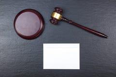3d背景概念例证查出的法律回报了白色 名片财务系列 公司文具集合大模型 在木桌,惊堂木上的空白的织地不很细品牌ID元素 免版税库存图片