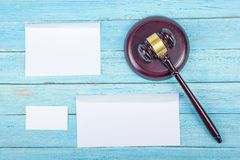 3d背景概念例证查出的法律回报了白色 名片财务系列 公司文具集合大模型 在木桌,惊堂木上的空白的织地不很细品牌ID元素 库存图片