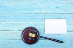 3d背景概念例证查出的法律回报了白色 名片财务系列 公司文具集合大模型 在木桌,惊堂木上的空白的织地不很细品牌ID元素 图库摄影