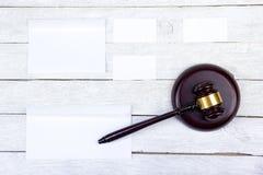 3d背景概念例证查出的法律回报了白色 名片财务系列 公司文具集合大模型 在木桌,惊堂木上的空白的织地不很细品牌ID元素 免版税库存照片